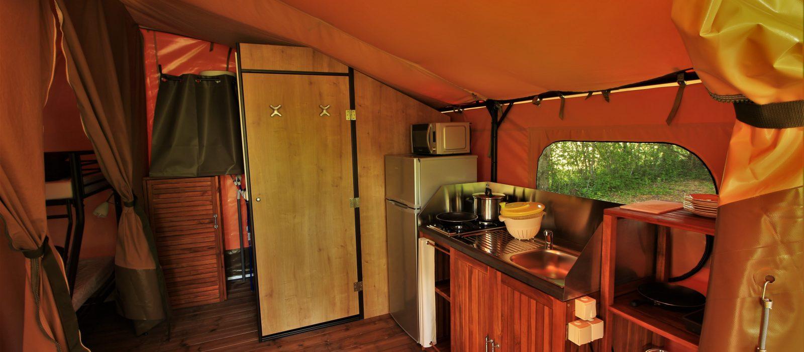 cuisine et salle de bain tente victoria camping Au p'tit Bonheur
