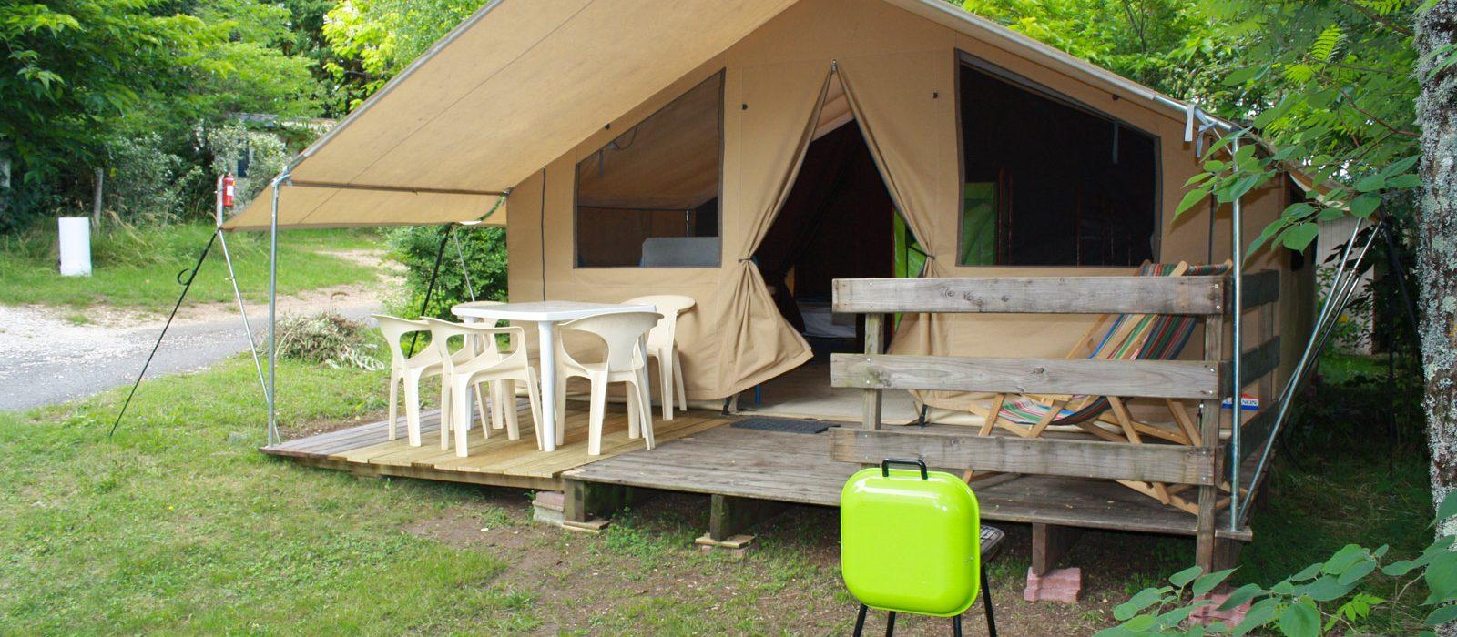 grande tente aménagée pour 5 personnes camping Au p'tit Bonheur en Dordogne