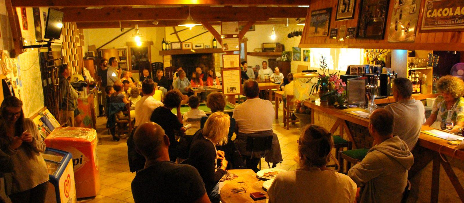 convivialité au restaurant du camping Au P'tit Bonheur Dordogne
