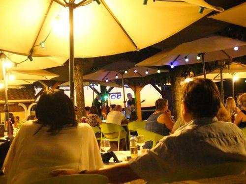 repas sur la terrasse du bar du camping au P'tit Bonheur Dordogne