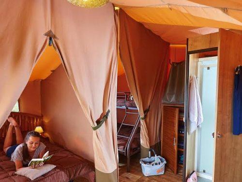 une tente confortable et équipée au camping Au P'tit Bonheur en Dordogne